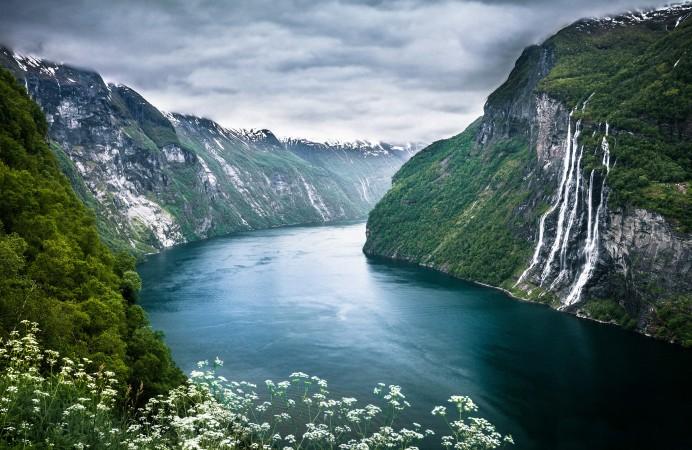 434629_gory_reka_geirangerfjorden_norvegia_pejzazh_2560x1600_(www.GdeFon.ru)