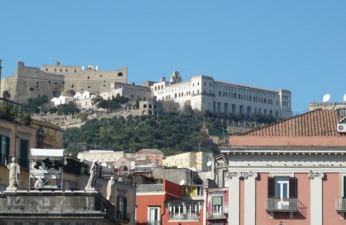 Castel_Sant'_Elmo_e_Certosa_di_San_Martino_da_piazza_del_Plebiscito
