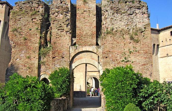 castello_di_montechiarugolo_rivellino_dingresso