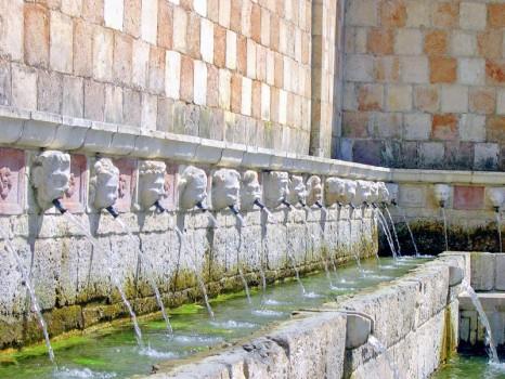 Fontana 99 cannelle - L Aquila - Abruzzo - Shutterstock