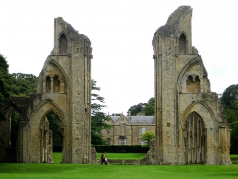 Glastonbury_Abbey_view_up_nave