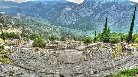 la-guida-del-sito-archeologico-di-delfi-il-teatro