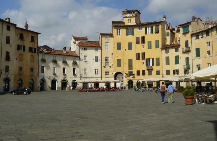 Lucca_PiazzaAnfiteatro01