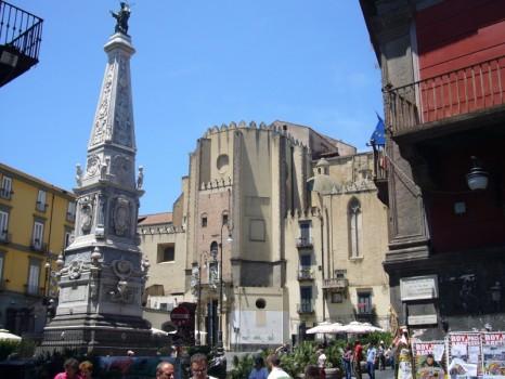 Napoli_-_piazza_San_Domenico_Maggiore_e_guglia_1030736-e1440951941256