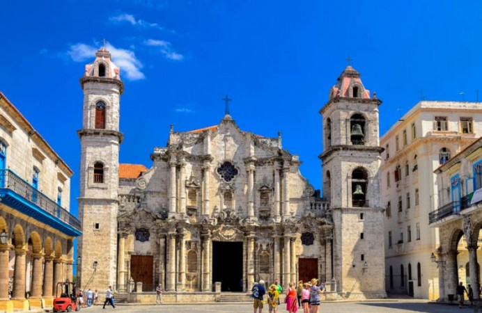 plaza-de-la-catedral-old-havana-walking-tour-travelfab-3-800x600