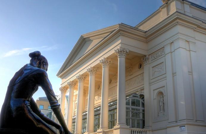 Royal_Opera_House_and_ballerina