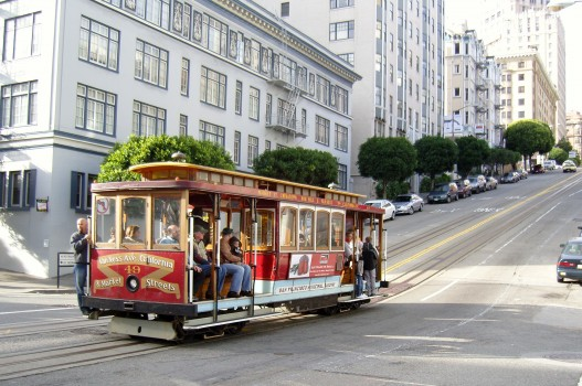 San_Francisco_Cable_Car_on_Pine_Street