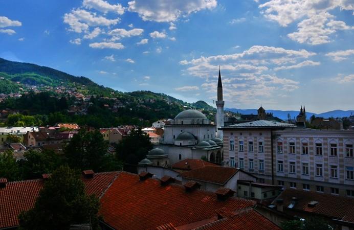sarajevo-bosnia-herzegovina-4-old-bazaar-mosque-rooftops-surrounding-hills