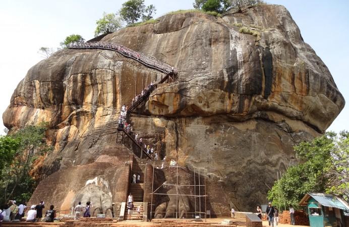 Sigiriya_lion_gate_04