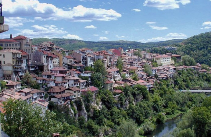 Veliko_Tarnovo_above_the_Yantra_River_Bulgaria