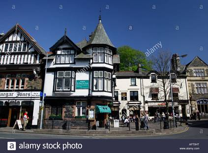 bowness-on-windermere-negozi-e-turisti-lake-district-cumbria-inghilterra-aft0ht