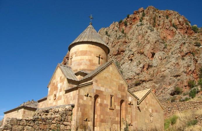 monastero-di-pietra-ortodosso-antico-armenia-noravank-fatto-del-mattone-giallo-45419634