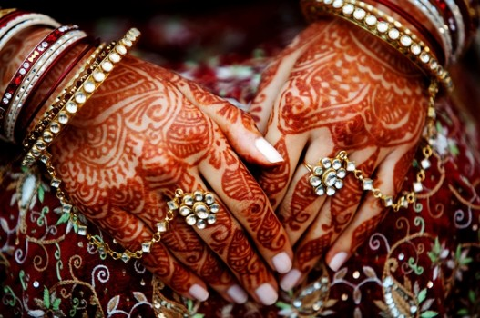 shailee-sashire-hindu-indian-wedding-millennium-park-chicago-mandap-henna-hand-detail-35_1-800x531-527x350