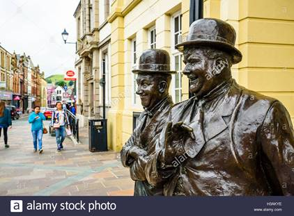statue-of-laurel-and-hardy-in-ulverston-cumbria-england-where-stan-h3akye